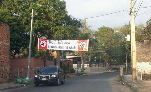 Pancarta neonazi en Paraguay