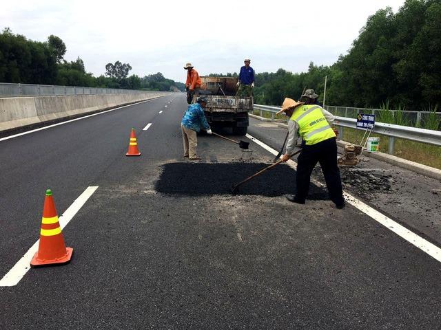 Công nhân khắc phục những vị trí hư hỏng trên cao tốc