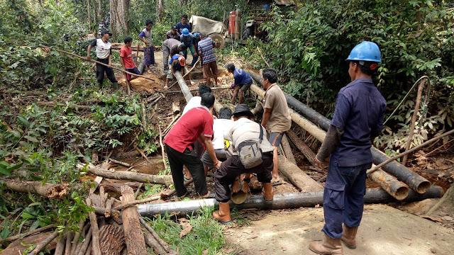 Bripka Andri dan Warga Bangun Jembatan Penghubung ke Perkebunan Warga