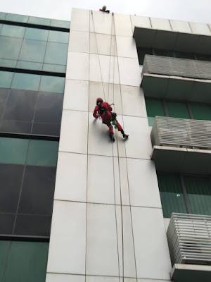 """""""Spiderman"""" Kembali Beraksi di Gedung RS Siloam Palembang"""