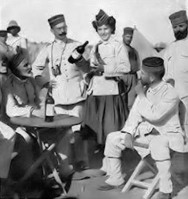 Marruecos, 1909. Cantinera y soldados (Foto de la Hermandad de la Legión)