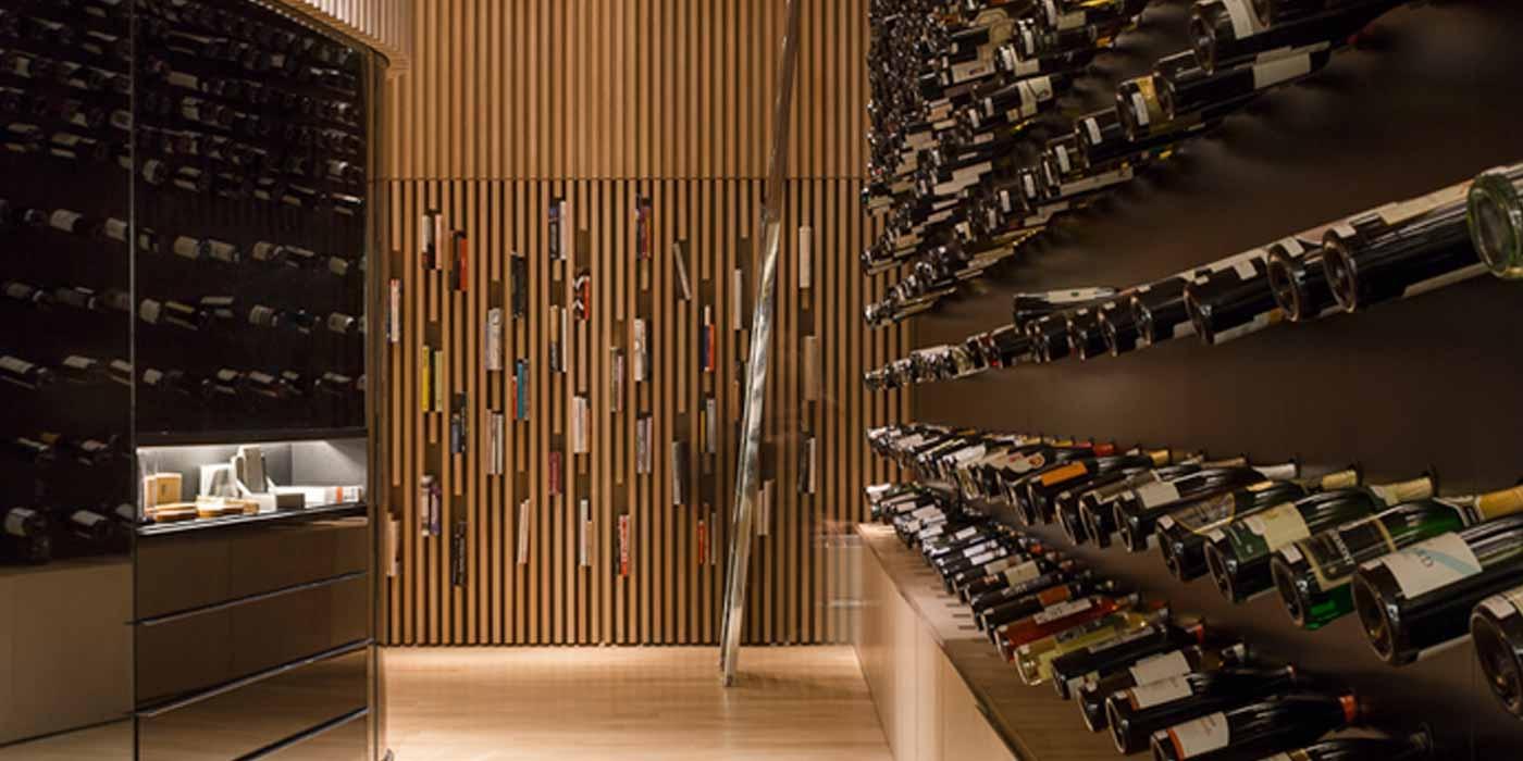 Mistral wine champagne una vinoteca interactiva de arthur casas revista arquitectura y - Como montar una vinoteca ...