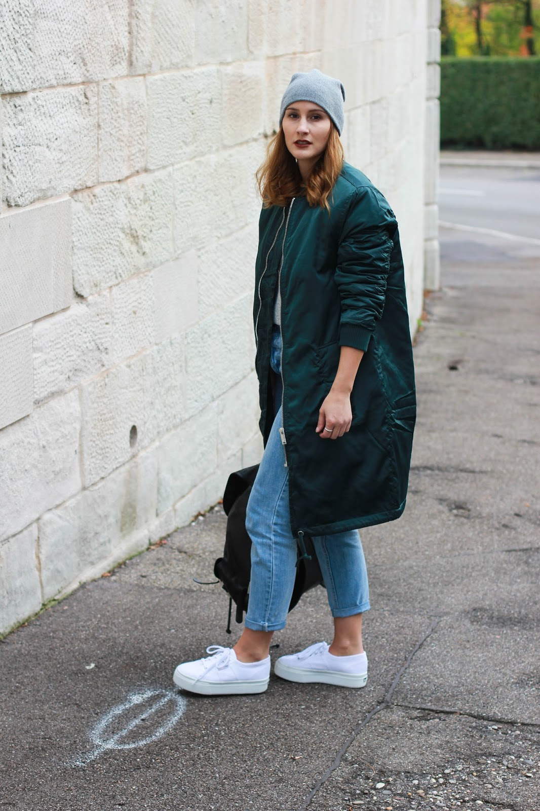 Werbung: Lange Bomberjacke, Mom Jeans und Superga Sneaker