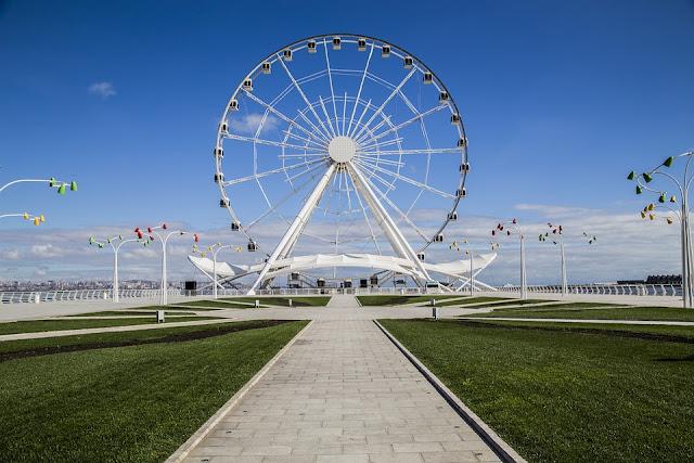 Una rueda forma parte de la arquitectura de Bakú, capital de Azerbaiyán.