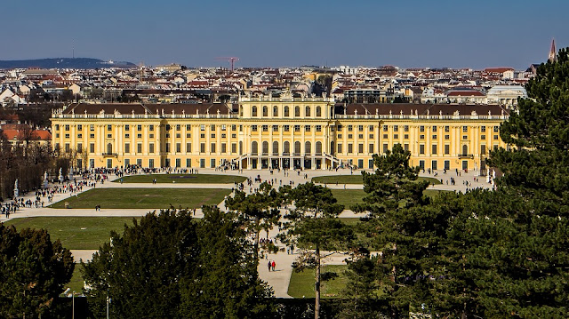 L'architecture et le modèle politique de Versailles se diffusent en Europe