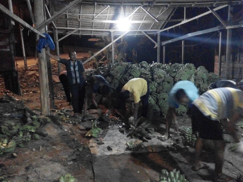 Para pekerja pengopek kelapa dan pisang kepok di lokasi usaha milik Khalik.