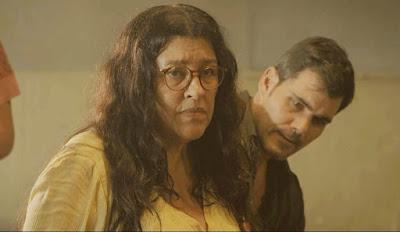 Lurdes (Regina Casé) fica na maior expectativa para ver o filho desaparecido em 'Amor de Mãe' — Foto: Globo