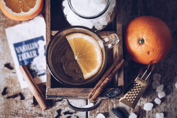 Rezept heller Glühwein mit Weißwein und Tonkabohne – der perfekte Winterdrink! titatoni.de