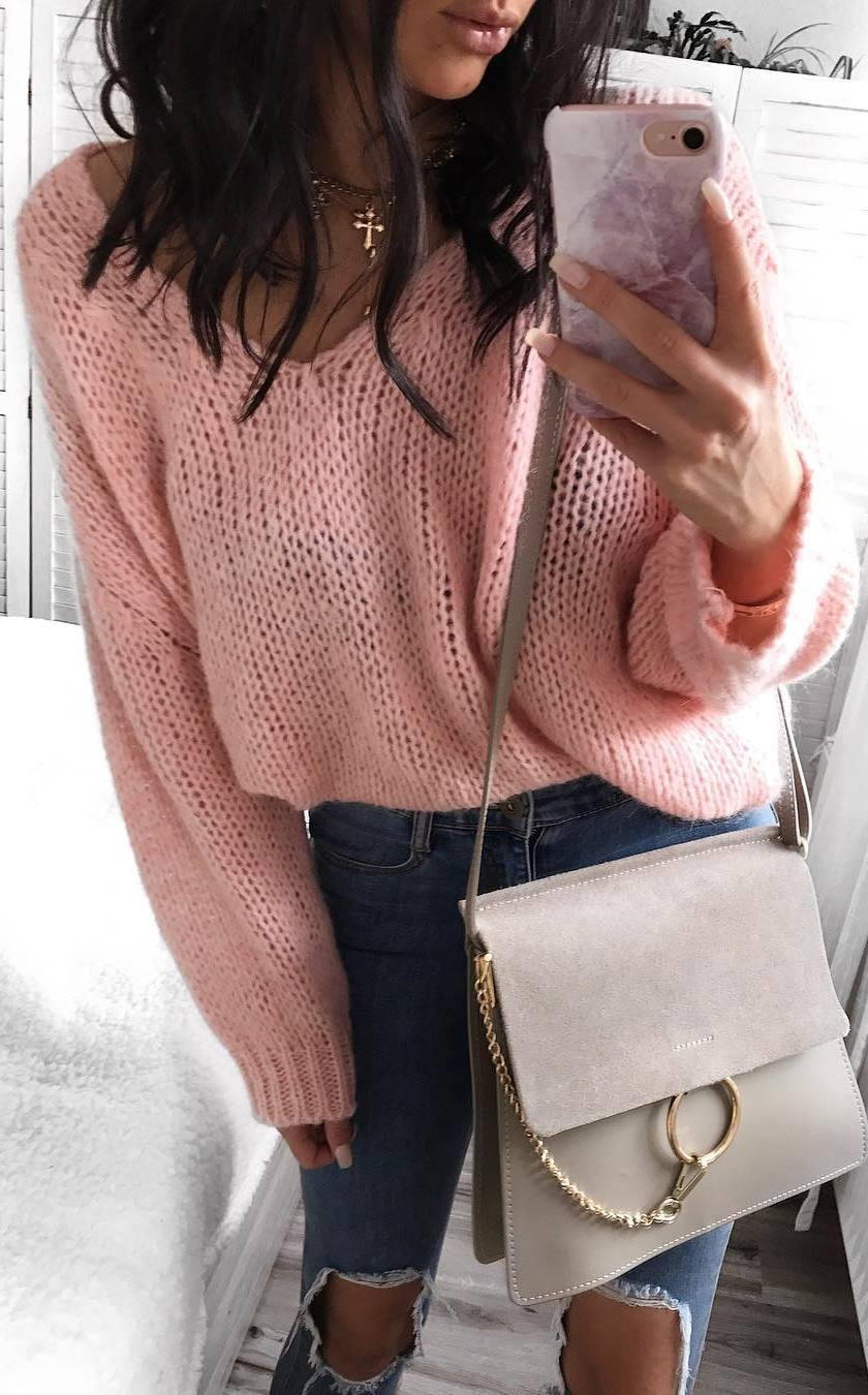 pretty cool winte outfit / pink sweater + ripped jeans + bag