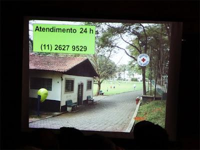 Slide com foto da fachada do Hospital Vital Brasil e com o telefone 24 horas para orientações e atendimento grátis sobre animais peçonhentos. Slide: acervo Giuseppe Puorto