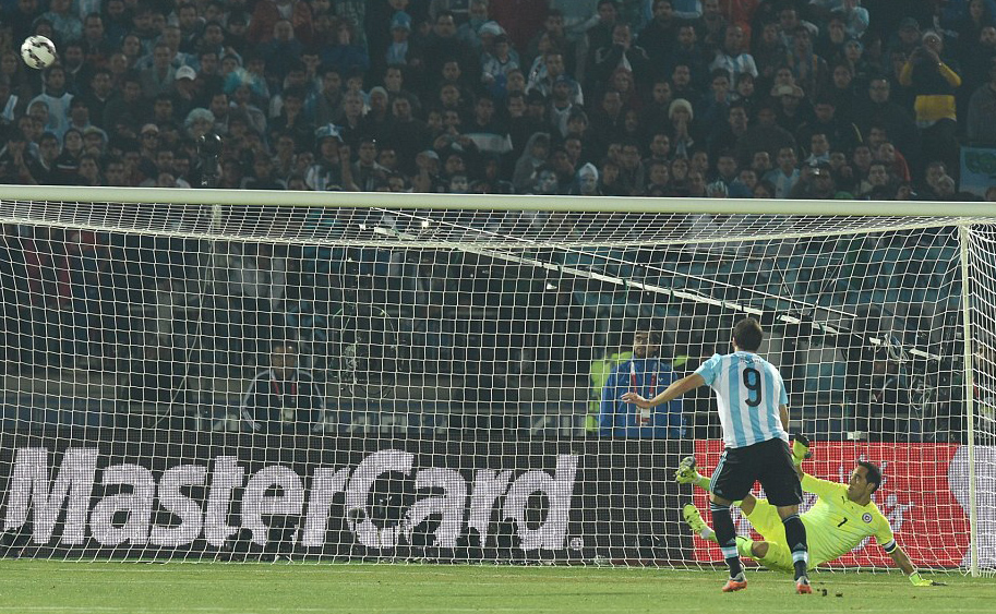 Gonzalo Higuain penalty miss in final of Copa America 2015
