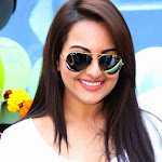 Sonakshi Sinha hot hd wallpapers in white tshirt and blue jeans