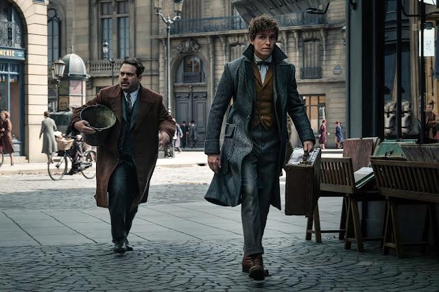 Mais fotos (sem marca-d'água) de 'Os Crimes de Grindelwald' são divulgadas | O amigo Não-Maj (nome americano para 'Trouxa') Jacob Kowalski com Newt atravessando as ruas do que parece ser a Paris da década de 1920 | Ordem da Fênix Brasileira
