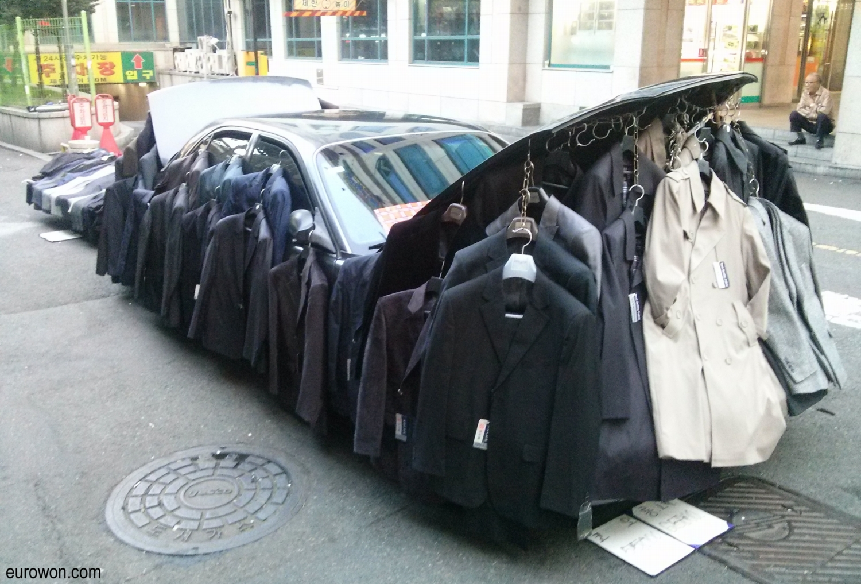 Coche que vende trajes en una calle de Seúl