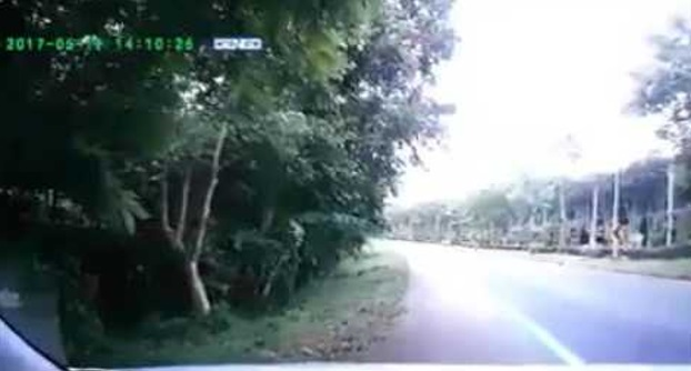 Video Kemalangan ngeri hanya berpunca dari satu kereta parking di bahu jalan. salah siapa?
