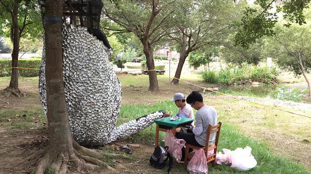 藤井芳則為2017桃園地景藝術節所創作的《戲畫青蛙》(GIGA FROG),戲畫(GI GA)?藤井芳則作品發想源自日本戲畫(諷刺畫)與現代的日本漫畫手法有相似之處,鳥獸戲畫也常被稱為日本最古老的漫畫。