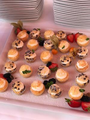 gefüllte Mini Muffins, Happy colors summer wedding lake-side in the Bavarian mountains, fröhliche Sommerfarbenhochzeit am Riessersee in Garmisch-Partenkirchen, Bayern