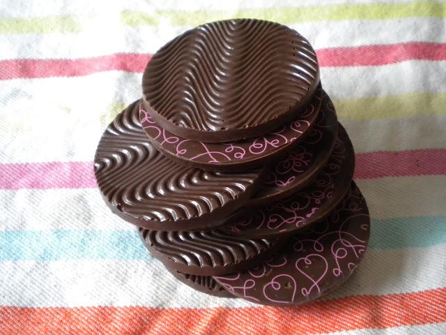 Caraques de chocolat noir - décor avec feuille transfert