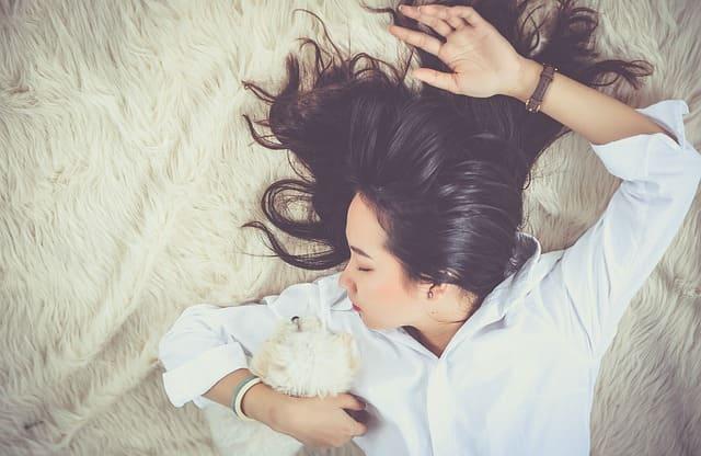 Istirahat yang cukup, tidur juga mengobati mual lho