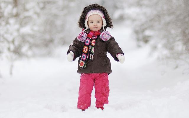 Kind buiten in de sneeuw