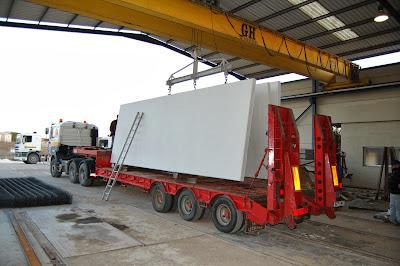 foto transporte de los paneles macizos de hormigón