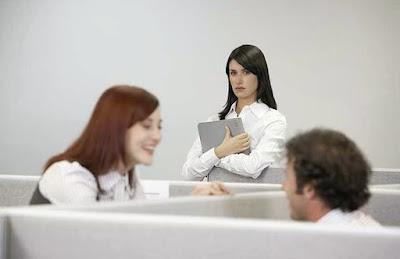 bagaimana menghadapi rekan kerja yang iri