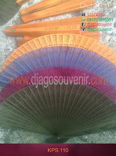 Kipas cendana dengan berbagai warna