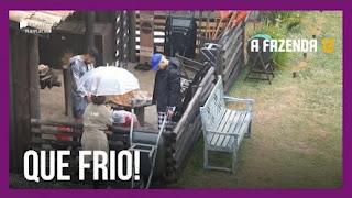 A Fazenda 12 – Peões esquentam água na baia – Carol e Raissa criticam comportamento