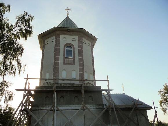 Лунка. Церква Преподобної Параскеви. Вежа-дзвіниця
