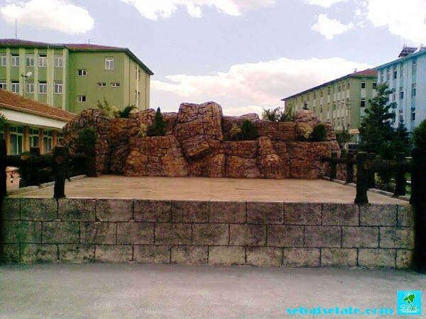 Anaokulu bahçesinde yapay kaya tematik