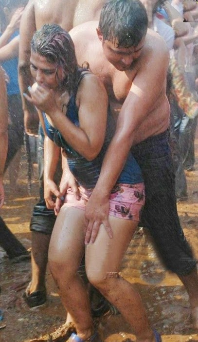 hot-girl-boy-paying-in-holi-2015