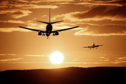 Aviões voando ao alvorecer.