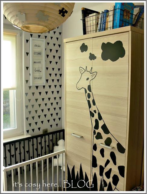 Żyrafa i  farba tablicowa na szafie...