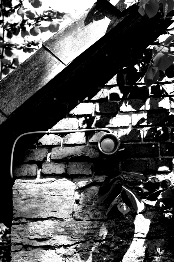 Blog + Fotografie by it's me! | fim.works | SchwarzWeissBlick No 17 | verlassenes Gehöft | Lost Place | Außenlampe ohne Schirm