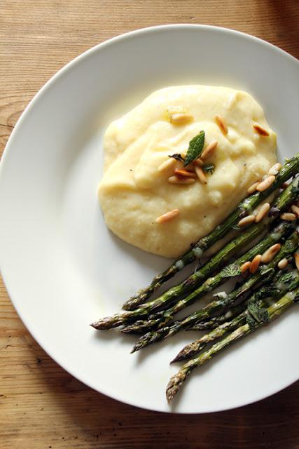 Cremige Polenta mit grünem Spargel aus dem Ofen