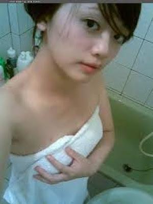 Bursa Cerita Sex: Pecah Perawan dikamar mandi Kost!!!