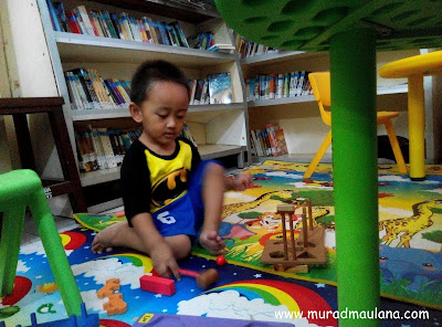 Fikri, main di Perpustakaan Umum Kota Tangerang Selatan