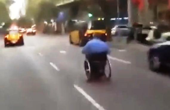 Qui es el fittipaldi en cadira de rodes del carrer muntaner collonades - Cadira barcelona ...
