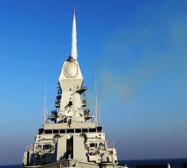 INS Kolkata menembakkan rudal LRSAM Barak 8