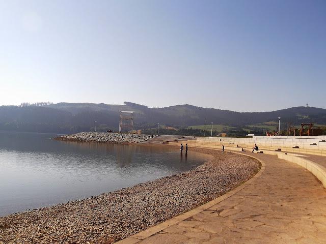 Bajeczna plaża nad brzegiem Jeziora Orawskiego