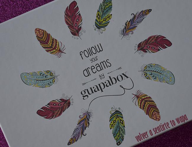 Caja guapabox con decoración de plumas