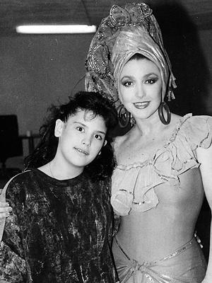 Foto de Angélica Vale de niña con su mamá