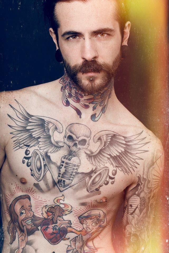 tatuagem masculina caveira no peito e braço