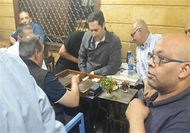 كالتشر-عربية-علاء-مبارك-يلعب-طاولة-في-أحد-مقاهي-إمبابة