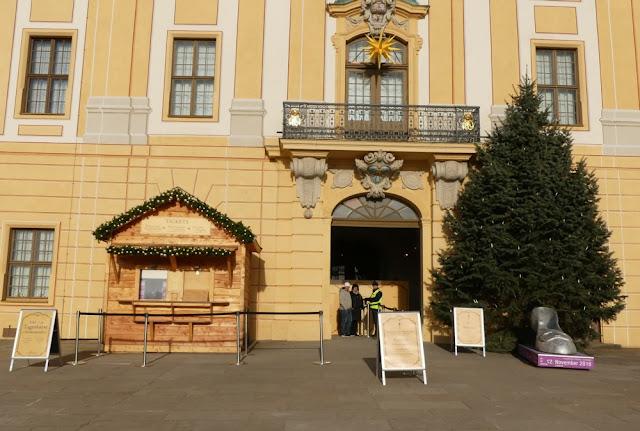 Winterausstellung Drei Haselnüsse für Aschenbrödel - Kassenhäuschen und Eingang