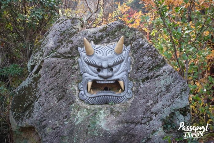 Visage de démon sculpté sur un rocher, Chinoike Jigoku, Beppu, Oita