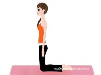 先跪姿,背部與脊背挺直 ,稍微分開雙腿10釐米,雙臂自然下垂(如圖1);