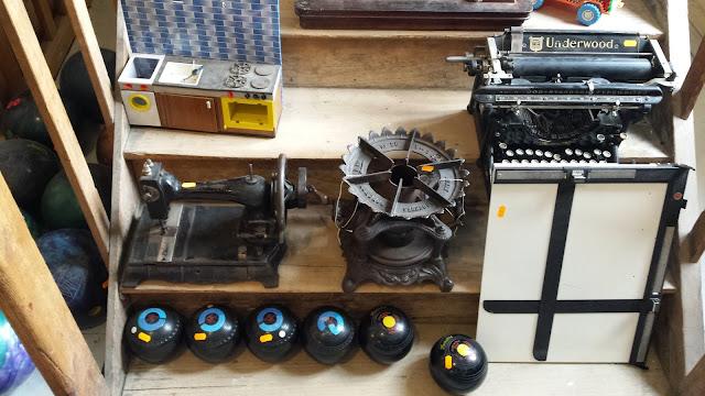 machine à coudre et machine à écrire