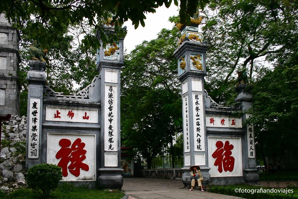Entrada a Ngoc Son en lago Hoan Kien de Hanoi