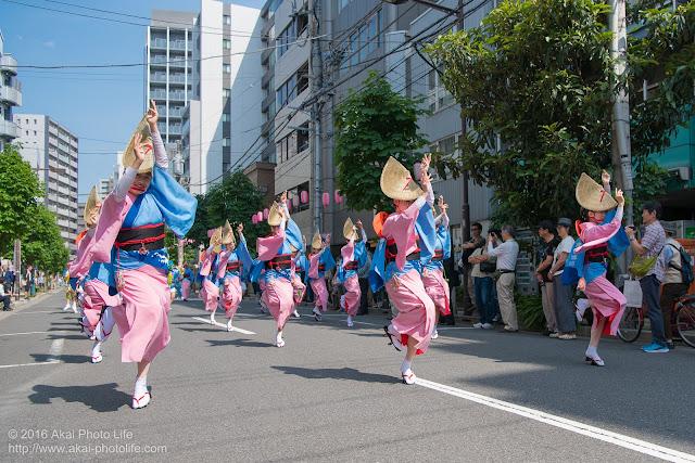 マロニエ祭りで志留波阿連の女踊りの踊り手達を撮影した写真
